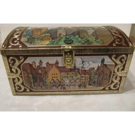 Plechová krabice-ve tvaru truhly zdobená historickými obrázky z Norimberku